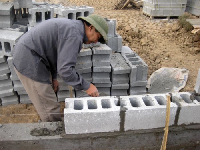 Tiếp theo tiến hành trát vữa xây gạch nhẹ lên viên gạch của hàng thứ 2 theo chiều dài