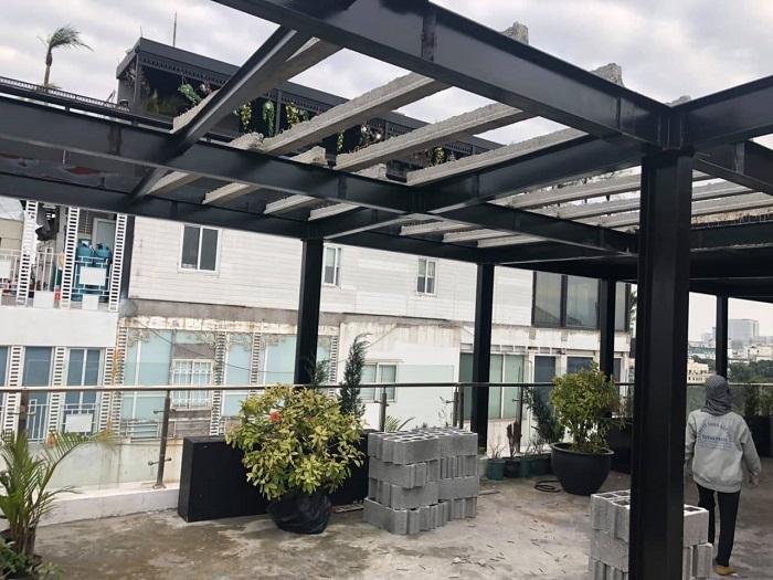 Ngôi nhà kết cấu khung thép 2 tầng được thiết kế đẹp và có giá trị thẩm mỹ cao. Đảm bảo khả năng cách âm, chống nóng tốt.