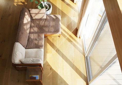 Thiết kế kết hợp vật liệu kính để tận dụng nguồn ánh sáng tự nhiên cho căn phòng.