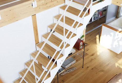 Cầu thang thiết kế đơn giản mà tinh tế.